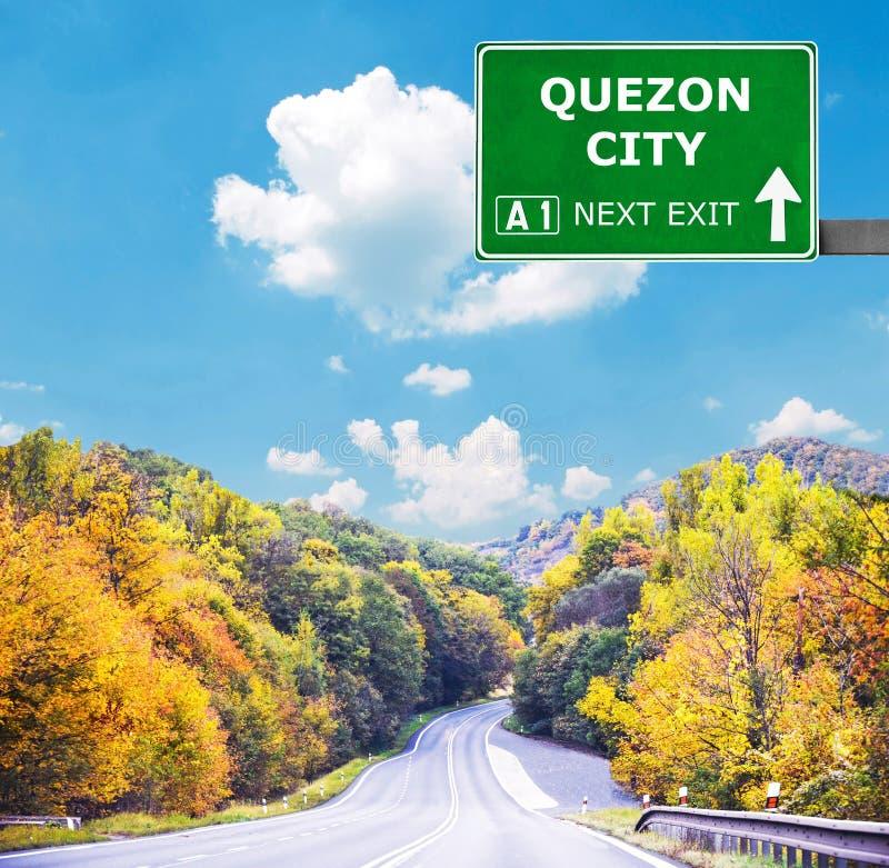 QUEZON-STADSverkeersteken tegen duidelijke blauwe hemel stock fotografie