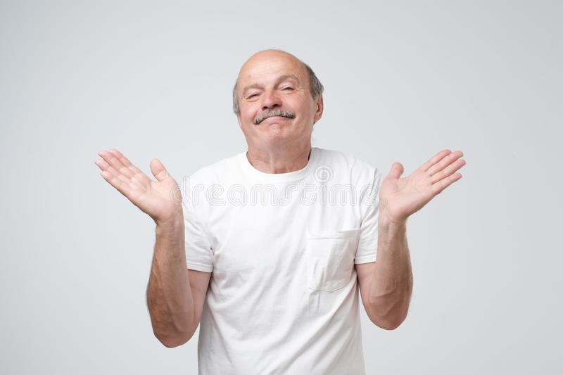 Quién sabe y no era yo concepto El hombre caucásico calvo desconcertado no está seguro en su testimonio fotografía de archivo