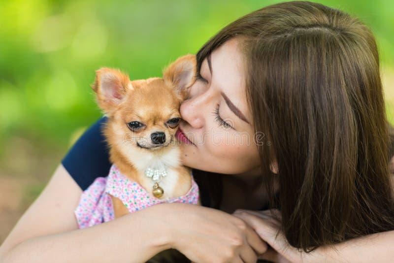 Quiérame amor mi perro fotos de archivo