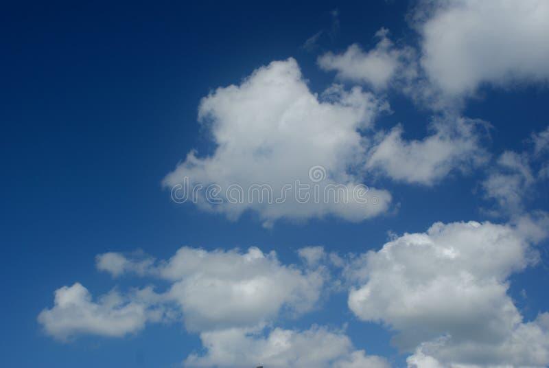 Qui è un cielo blu scuro con le nuvole bianche immagine stock