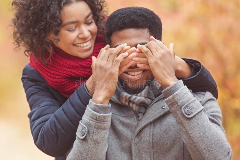 Qui?n es ?l. Mujer cerrando los ojos de su novio fotos de archivo