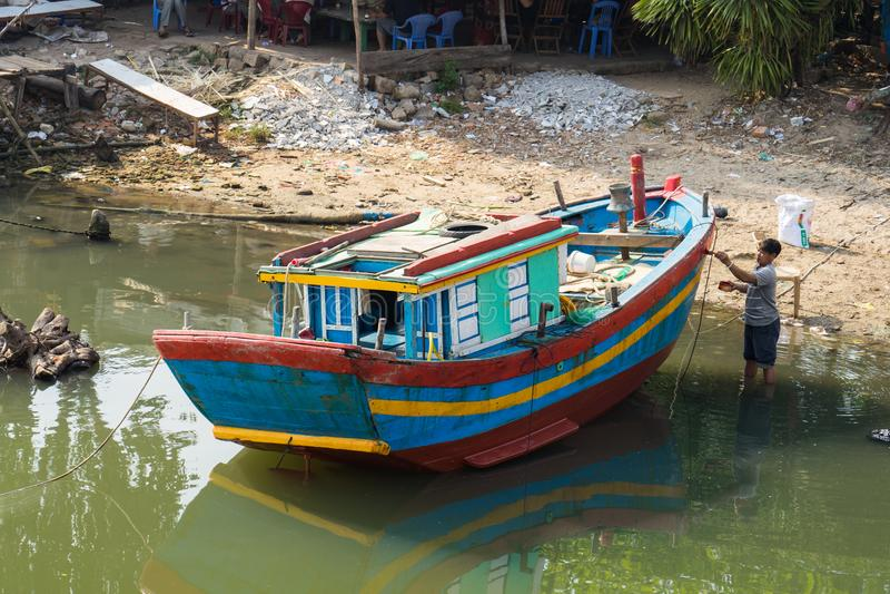 Qui Nhon, Вьетнам - 1-ое апреля 2016: Рыбацкая лодка красит рыболовом рекой в городе Qui Nhon, Tay Nguyen, центральных гористых м стоковые фотографии rf