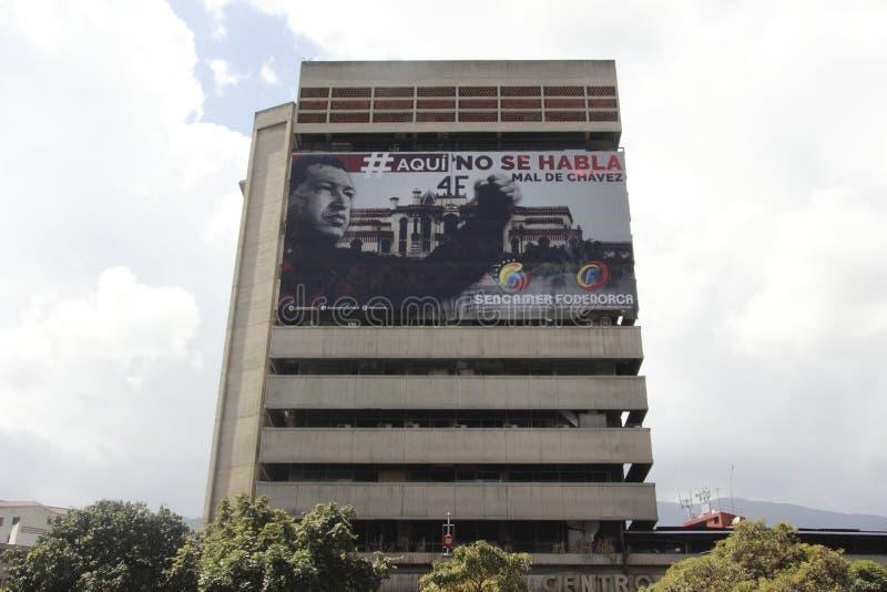Qui non parliamo male di Chavez, un'insegna in una costruzione a Caracas fotografia stock