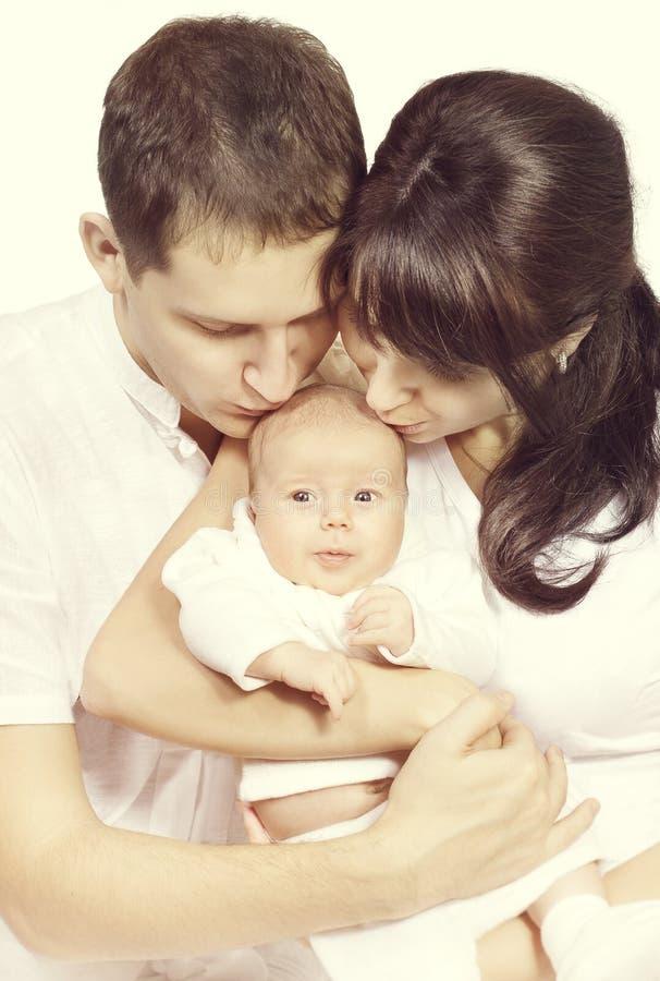 Qui recém-nascido de Kissing New Born do bebê, da mãe e do pai do beijo da família imagem de stock royalty free