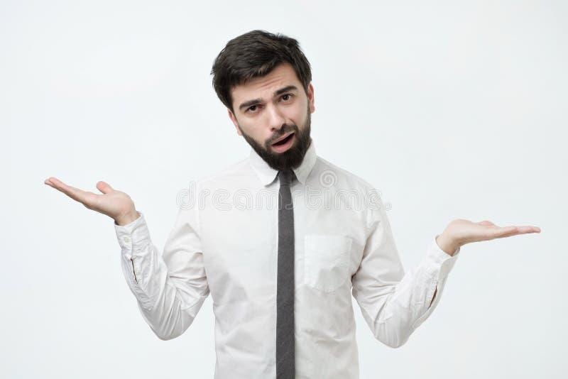Qui sait et il n'était pas moi concept L'homme caucasien chauve perplexe n'est pas sûr dans son témoignage images libres de droits
