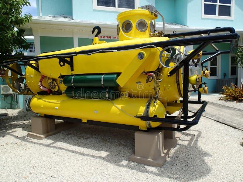 Qui veut entrer dans mon sous-marin jaune ? photographie stock libre de droits