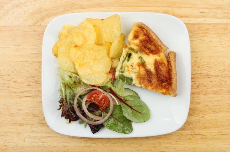 Quiche и салат стоковые изображения rf