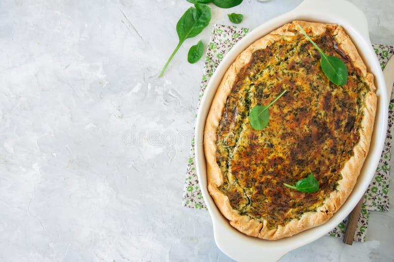 Quiche avec les épinards et le fromage - poul savoureuse de pâte floconneuse dessus image libre de droits