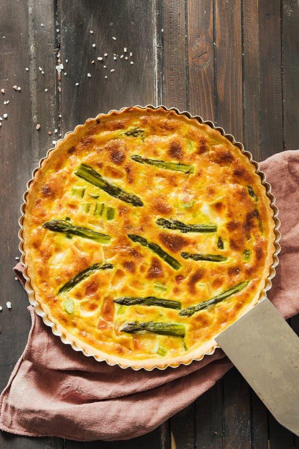 Quiche con asparago verde, vista superiore fotografie stock libere da diritti