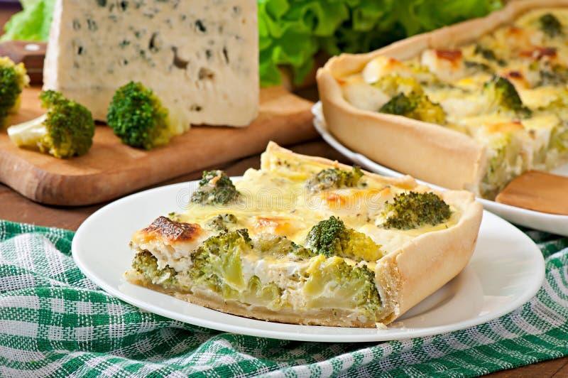 Quiche con bróculi y queso feta imagenes de archivo