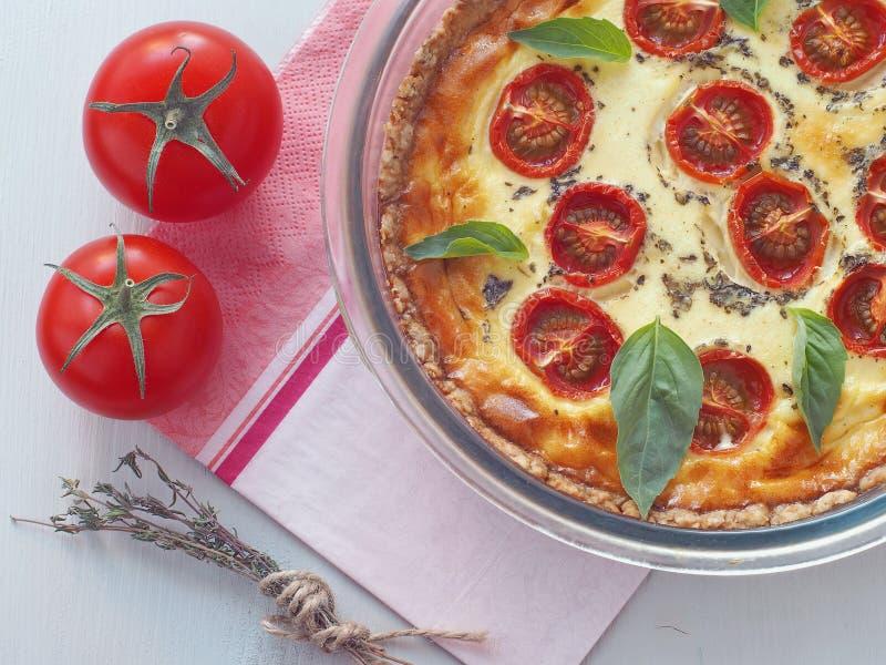 Quiche de poireau et de tomate Tarte fait maison avec les épinards et le feta images stock