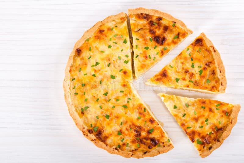 Quiche del formaggio della cipolla o torta francese, vista superiore immagine stock