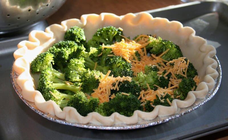 quiche do queijo cheddar dos brócolis foto de stock