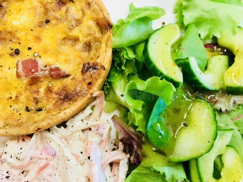 Quiche en salade stock afbeeldingen