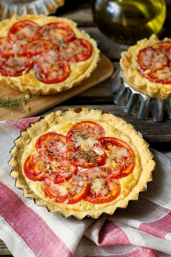 Quiche française de tarte salée avec le fromage blanc et les tomates photographie stock