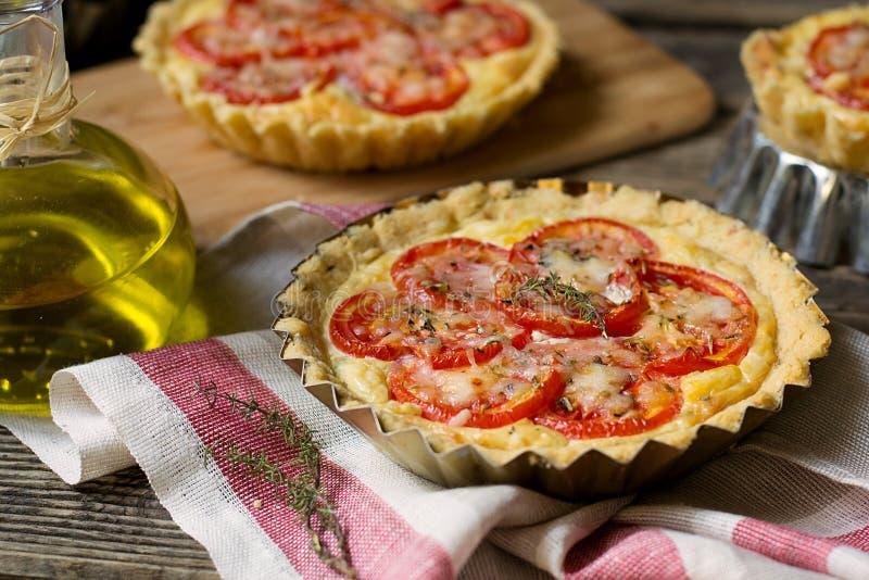 Quiche française de tarte salée avec le fromage blanc et les tomates images libres de droits