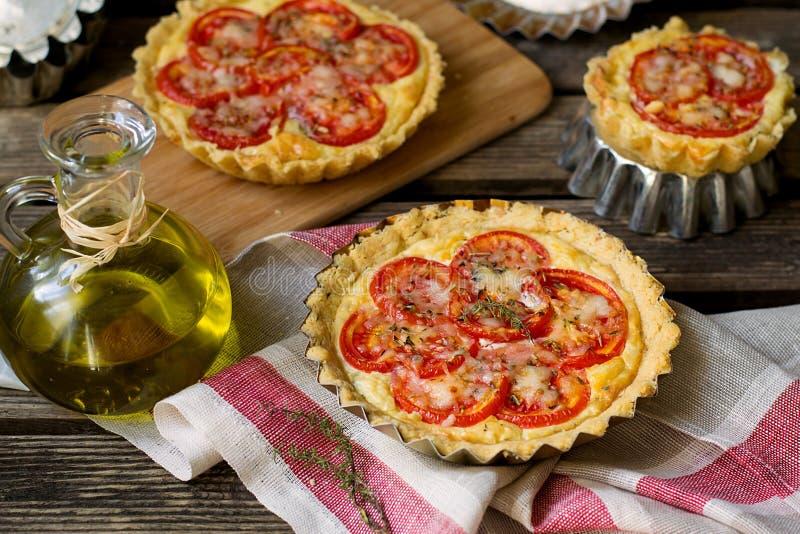 Quiche française de tarte salée avec le fromage blanc et les tomates photographie stock libre de droits