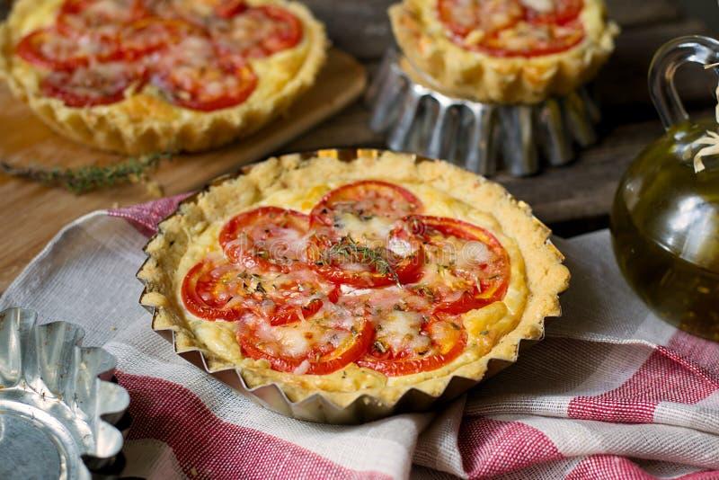 Quiche française de tarte salée avec le fromage blanc et les tomates images stock