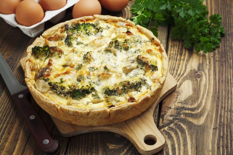 Quiche lorraine mit Huhn, Pilzen und Brokkoli lizenzfreies stockbild