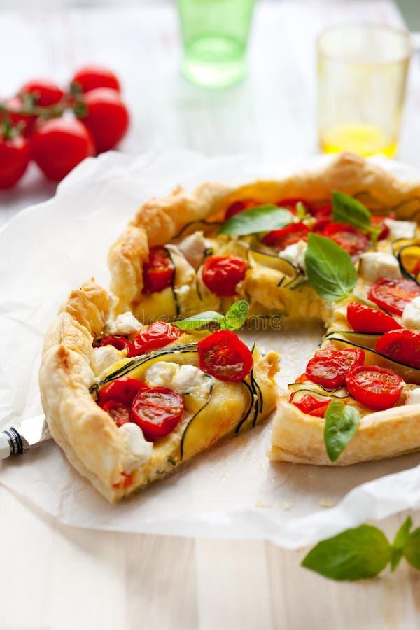Quiche met tomaat en courgette stock foto's