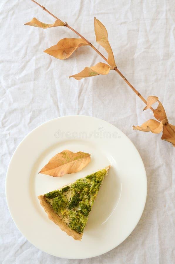 Quiche mit Huhn und Brokkoli stockbilder