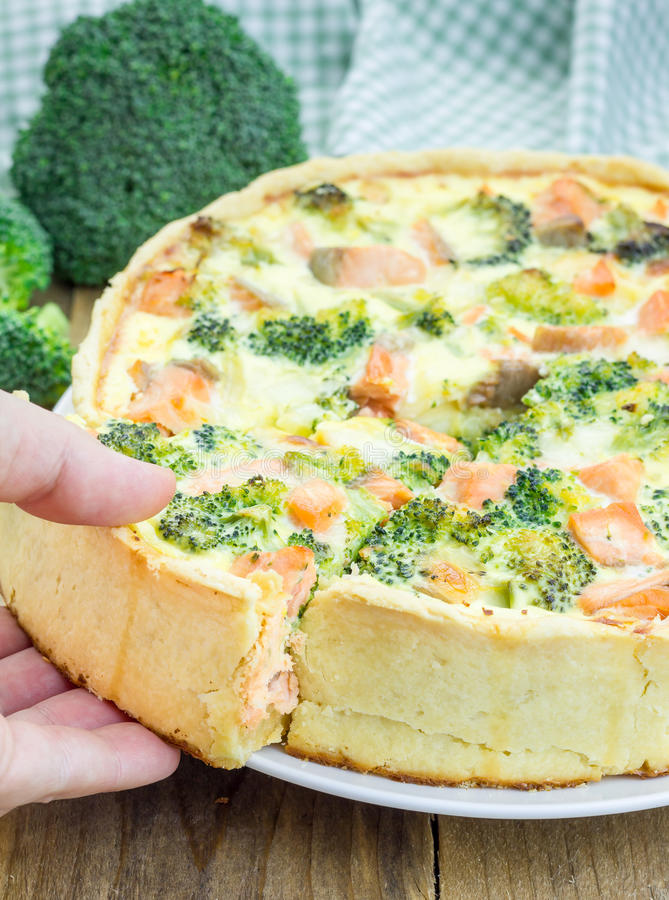 Quiche mit Lachsen, Käse, Brokkoli lizenzfreie stockbilder