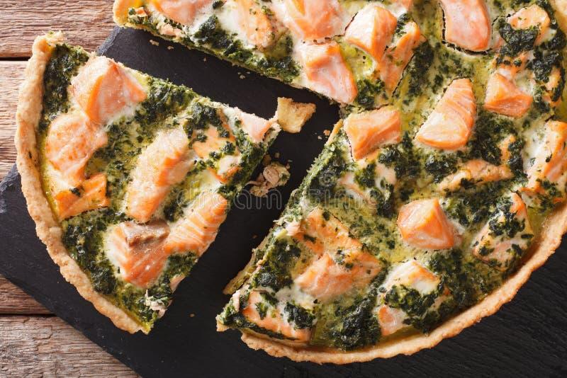 Quiche saboroso cortada saboroso com salmões e espinafres, close-up Ho imagens de stock