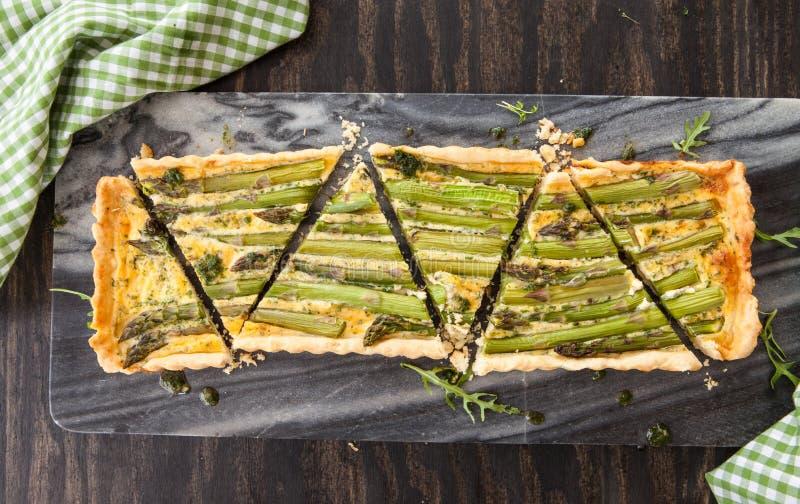 Quiche z zielonym asparagusem zdjęcie royalty free