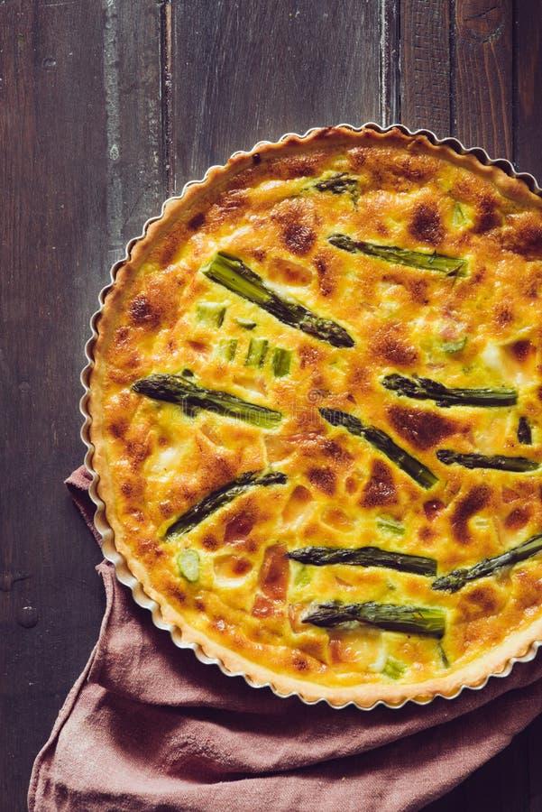 Quiche z zielonym asparagusem, odgórny widok obraz stock