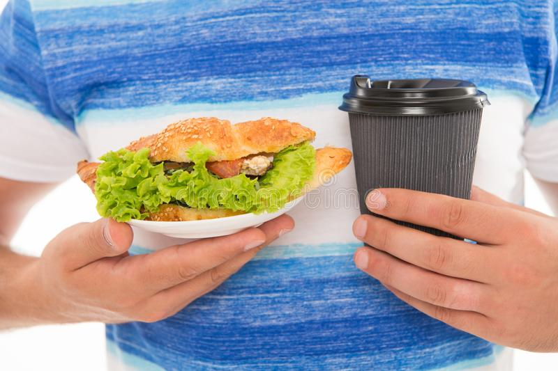 quick snack Καφές και croissant o Θερμίδες και να κάνει δίαιτα Croissant που γεμίζεται με το μαρούλι και τα φρέσκα λαχανικά στοκ φωτογραφία