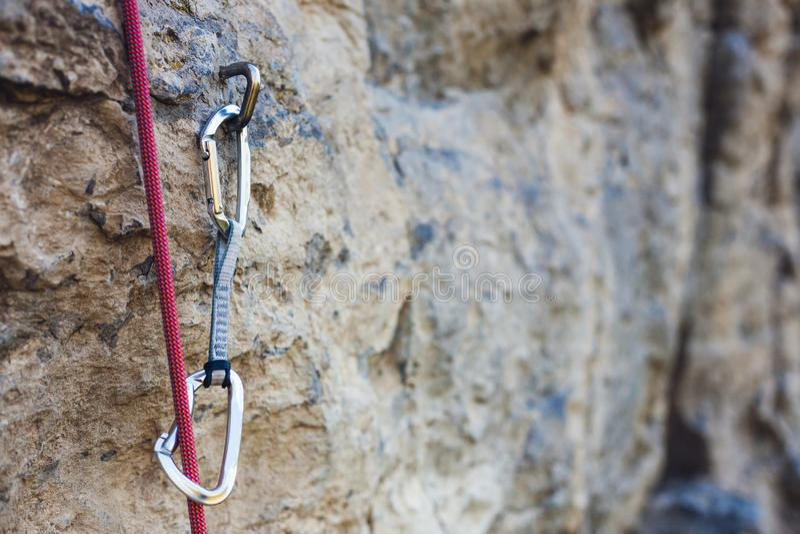Quickdraw op de rots stock afbeelding