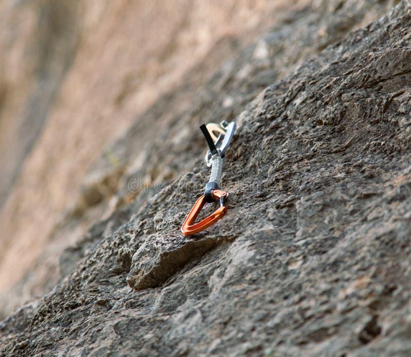 Quickdraw op de rotsmuur stock afbeelding