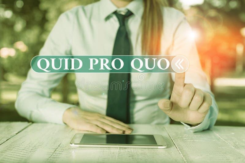Quid Pro Quo voor handschrift Begrip betekent een voordeel dat wordt toegekend of verwacht in ruil voor iets Vrouwelijks stock foto's