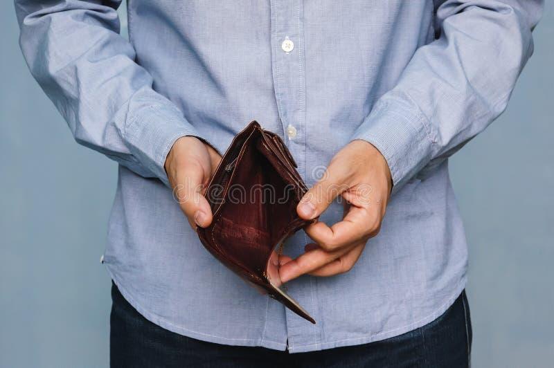 Quiebra - persona del negocio que sostiene una cartera vacía imagen de archivo libre de regalías