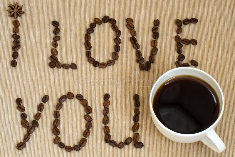 Quiera, amante del café, hecho con conceptos del amor letras que crean te amo hecho de los granos de café fritos fotografía de archivo libre de regalías