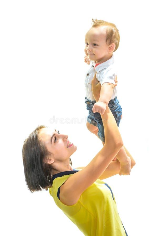 Quiero a mi mama Peque?o beb? feliz Peque?a sonrisa del ni?o del muchacho a mimar Poco hijo del beb? en manos de las madres El ju foto de archivo libre de regalías