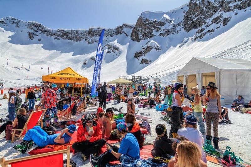 Quiksilver obóz jest zimy rozrywki, sportów halnym meliną dla i narciarek i snowboarders Wiele ludzie chłodzą za relaksować fotografia royalty free
