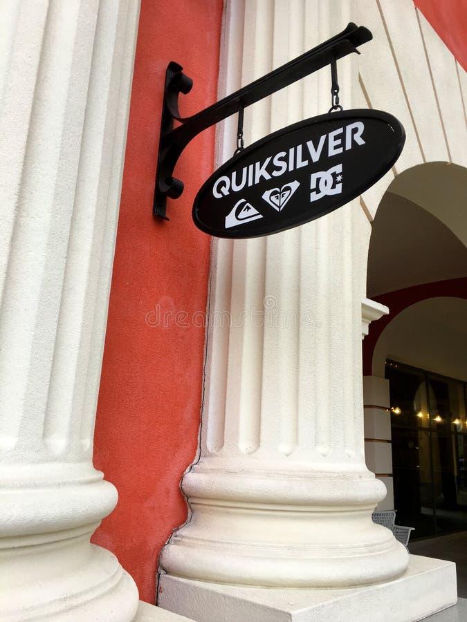 Quiksilveropslag bij afzet en winkelcentrum in StPetersberg stock foto's