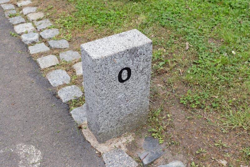 Quilômetro de pedra da milha da distância do sinal de beira do marcador do granito do marco miliário imagem de stock royalty free