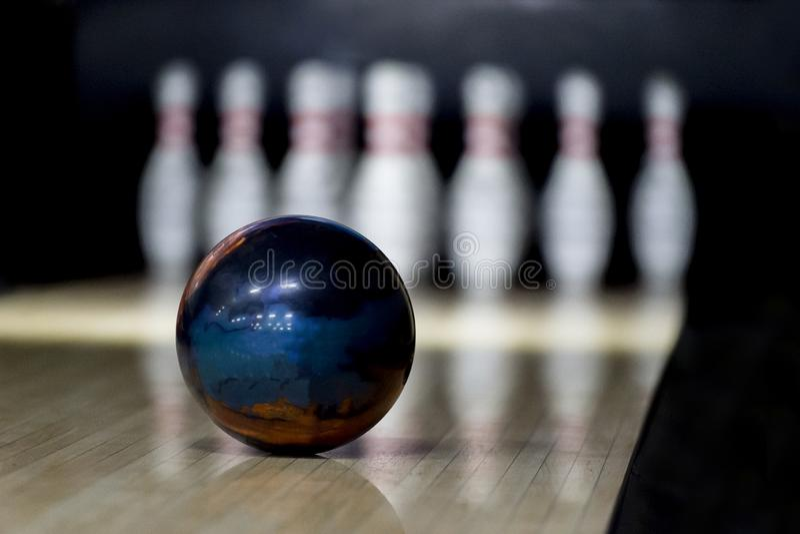 Quilles et boule de bowling sur le terrain de jeu photographie stock libre de droits