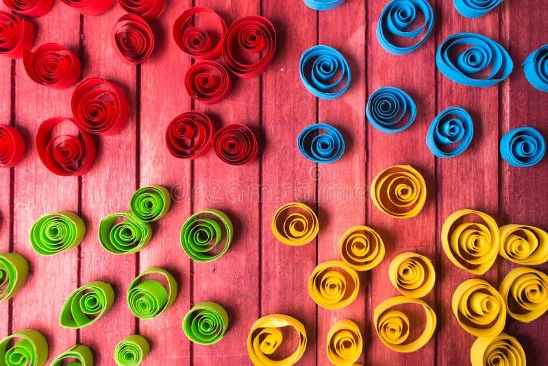 Quilling艺术 颜色纸在木桌上卷曲 库存图片