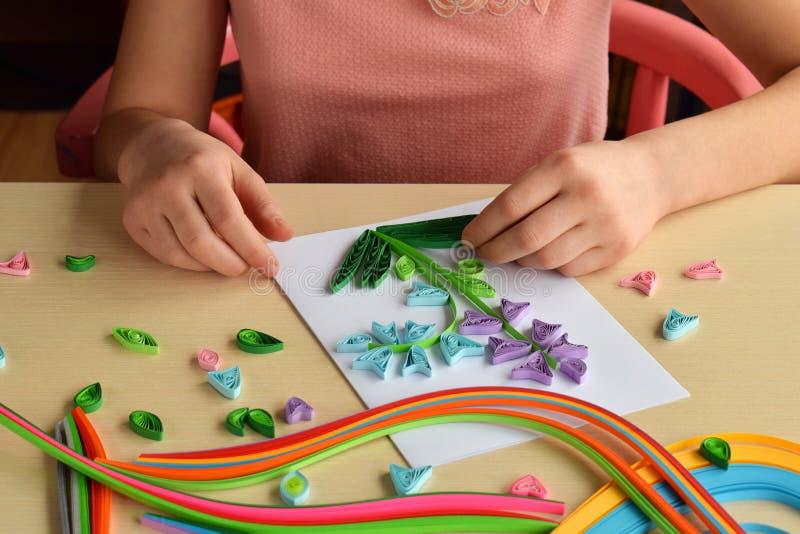 Quilling?? 做装饰或贺卡的女孩 r 手工制造工艺在度假:生日 库存图片