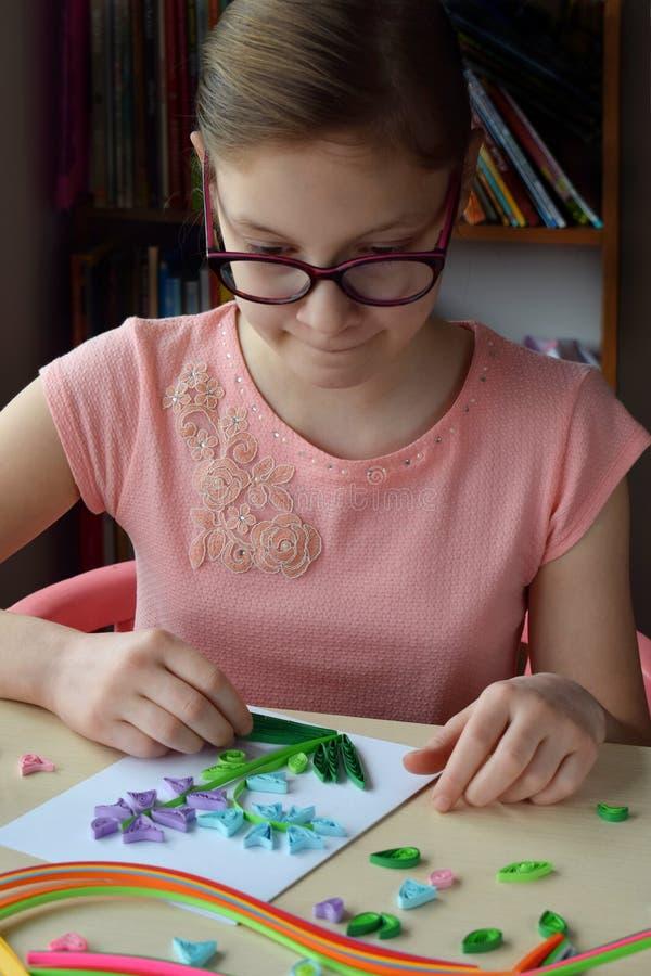 Quilling technika Dziewczyna robi dekoracjom lub kartka z pozdrowieniami Papierowi paski, kwiat, no?yce Handmade rzemios?a na wak obrazy royalty free