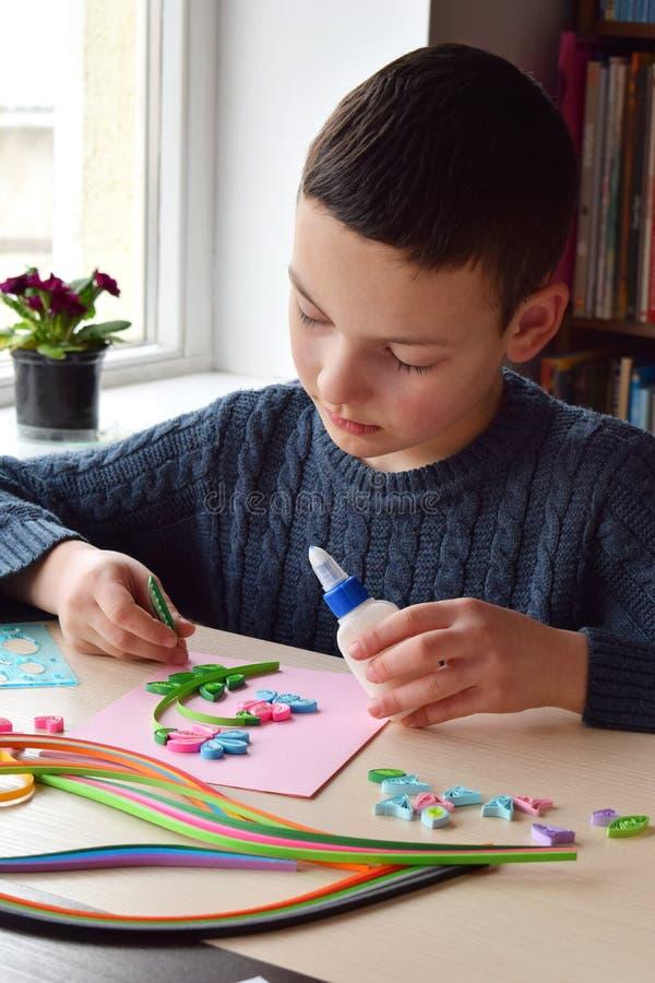Quilling technika Papierowi paski, kwiat, no?yce Handmade rzemios?a na wakacje: Urodziny, matki lub ojca dzie?, Marzec 8, obrazy stock