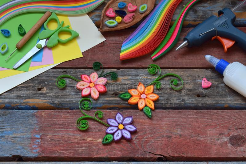 Quilling technika Papierowi paski, kwiaty, nożyce, elementy Handmade rzemiosła na wakacyjnym temacie: Urodziny, Macierzysty dzień zdjęcie royalty free