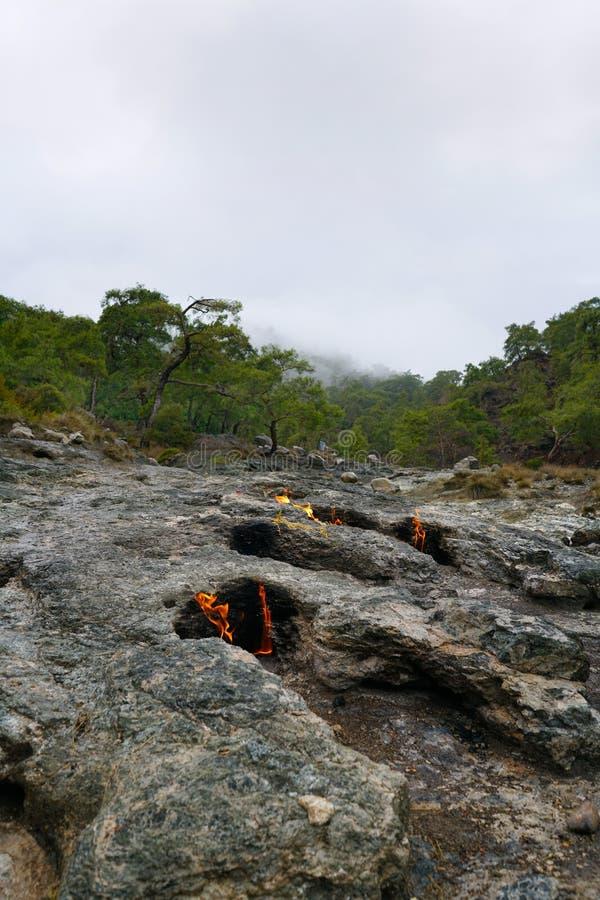 A quimera, rochas ardentes ? ot not?vel do ponto a fuga da maneira de Lycian perto de Cirali, Antaly imagens de stock