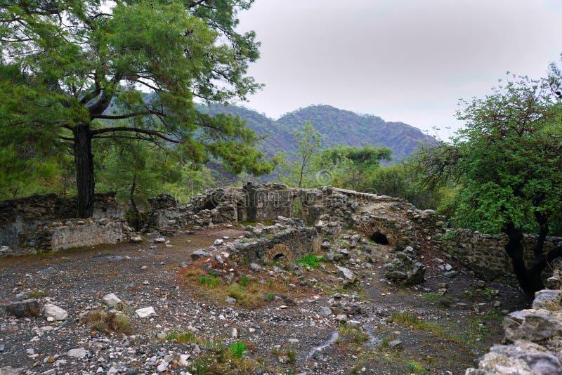 A quimera, rochas ardentes ? ot not?vel do ponto a fuga da maneira de Lycian perto de Cirali, Antaly imagens de stock royalty free