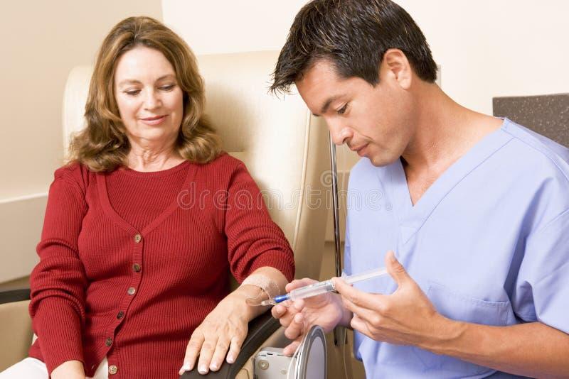 Quimioterapia de sofrimento paciente Traetment imagem de stock