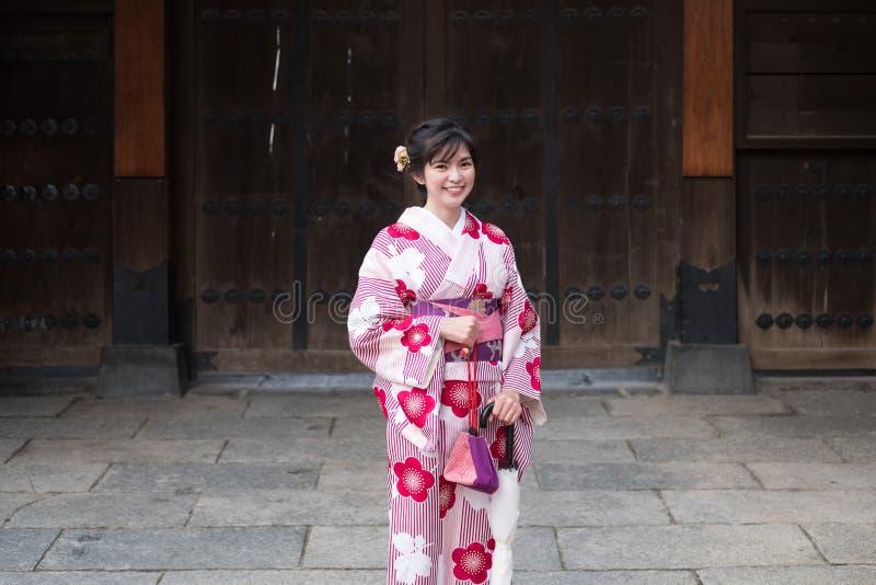 Quimono vestindo da mulher asiática atrativa em Asakusa, Tóquio, Japão fotografia de stock royalty free