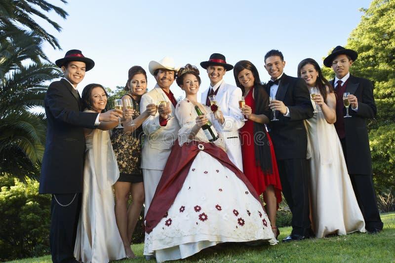 Quinceanera που στέκεται με την οικογένεια και τους φίλους στοκ εικόνες με δικαίωμα ελεύθερης χρήσης
